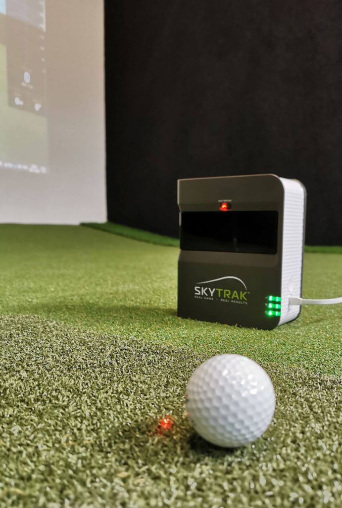 I need Golf SkyTrak mit Golfball im Showroom.jpg